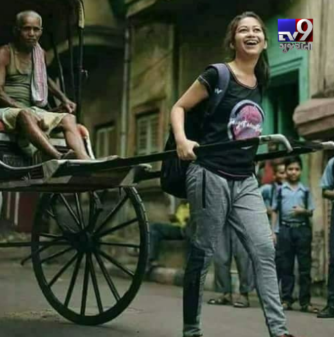 Viral photo of IAS Topper Pulling Her Father in a Rickshaw