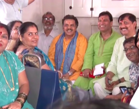 Sanjay Nirupam celebrates birthday in local train-