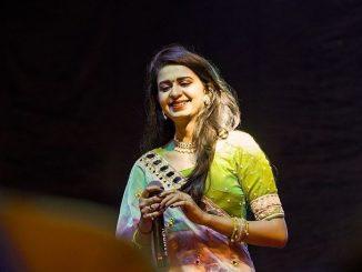 namaste-trump-gujarati-singer-kinjal-dave-performing-at-motera-stadium-namaste-trump-motera-stadium-ma-gujarat-ni-lokpriya-gayika-kinjal-dave-nu-performance