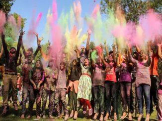 Gujarat: People celebrate Holi with fun and colours rajya ma holi bad dhuleti no rang loko e ekbija sathe aanad ulalas thi kari ujavani
