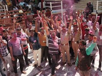 Fir time in the history, police personal celebrated Holi in Dakor temple premises dakor-mandir-ma-pratham-vakhat-faraj-bajavta-police-karnchario-e-mandir-parisar-ma-dhuleti-rami
