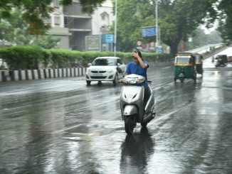 Unseasonal rain lashes parts of Surat