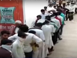 Banaskantha Farmers queue up to collect fertilizer in Tharad, defy social distancing