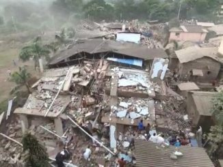 3 floors of a 5-storey building collapsed in Mahad of Raigad district; over 200 people are feared trapped. 15 people have been rescued Maharashtra ma moti durgatna 5 mal ni imarat dharashai 70 thi 80 loko dataya hovani aashanka