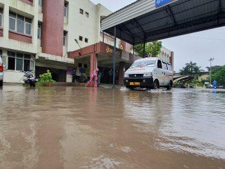 Heavy rain lashed Surat, many areas including New Civil hospital waterlogged Adtha kalak na varsad ma surat ni navi civil hospital pani pani