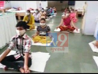 Surat: Corona na dardio mate hakaratmak vartavarn ubhu karva covid centre ma trainer dwara yog garba ane dhayan ni practice