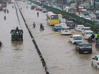 Mayanagri mumbai ma jalbambakar ni sthiti local train seva thap