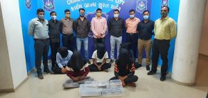 Arriving in Surat on a flight, a gang was caught cheating with an ATM withdrawer