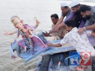 Ganesha's dissolution in the sea despite the ban, created controversy by posting photos of the dissolution on social media