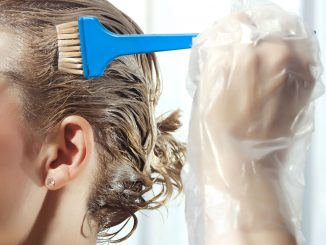 વાળમાં ઘરે કલર કરનારાઓ આ ખાસ ટીપ્સ, આટલી વાતનું રાખો ખાસ ધ્યાન